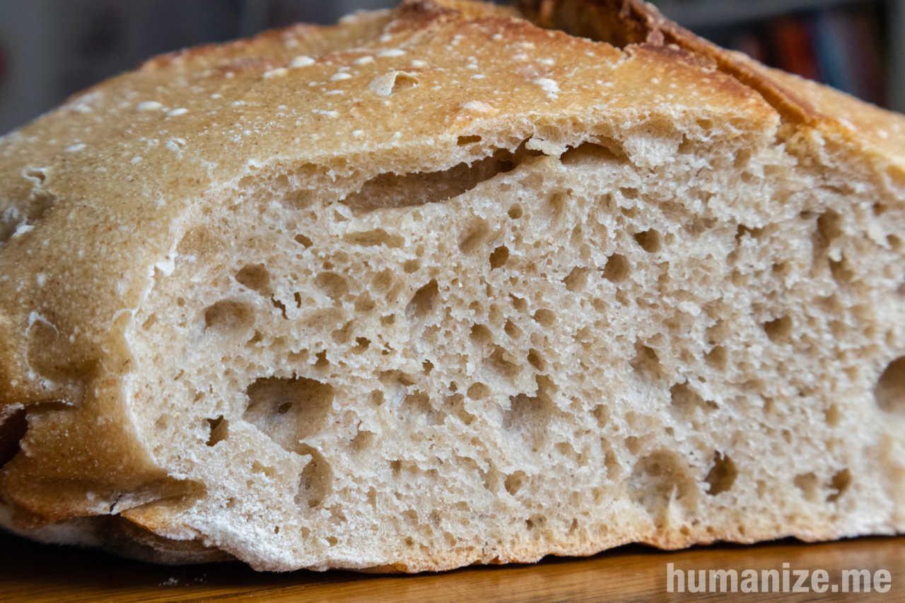 une belle mie de pain au levain naturel, légèrement ambrée, souple et aérée