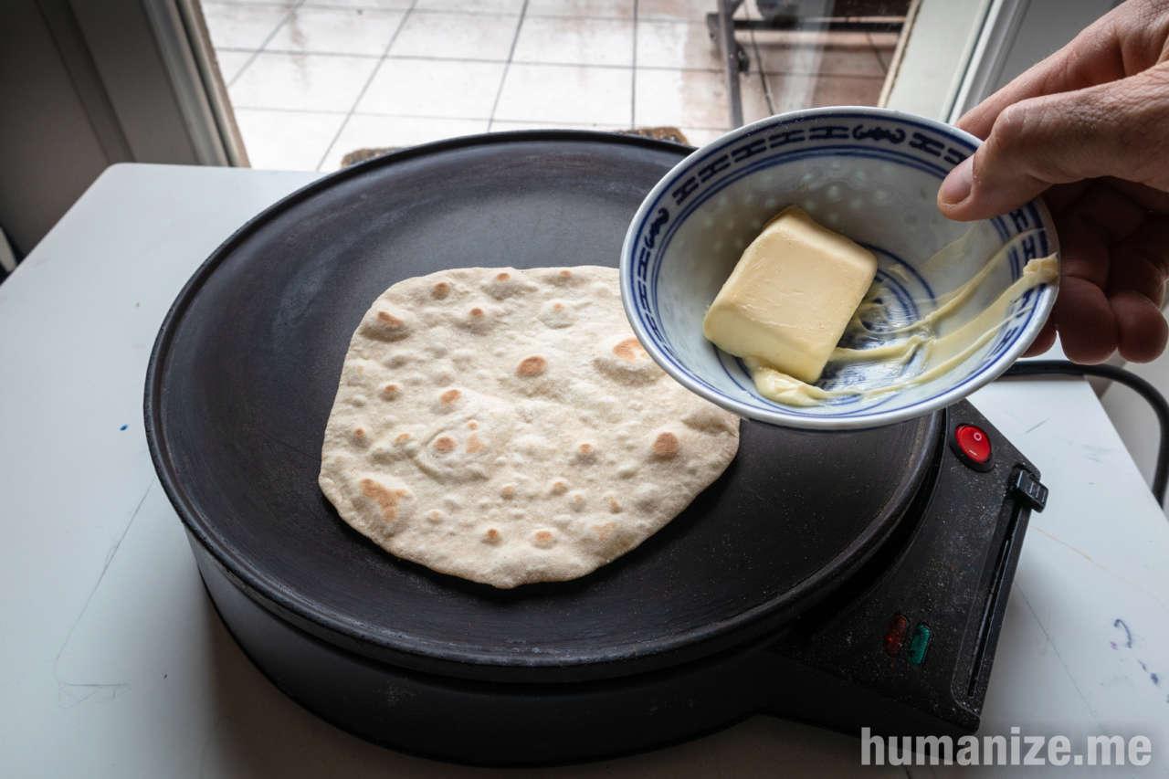 un chapati qui s'apprête à se faire beurrer