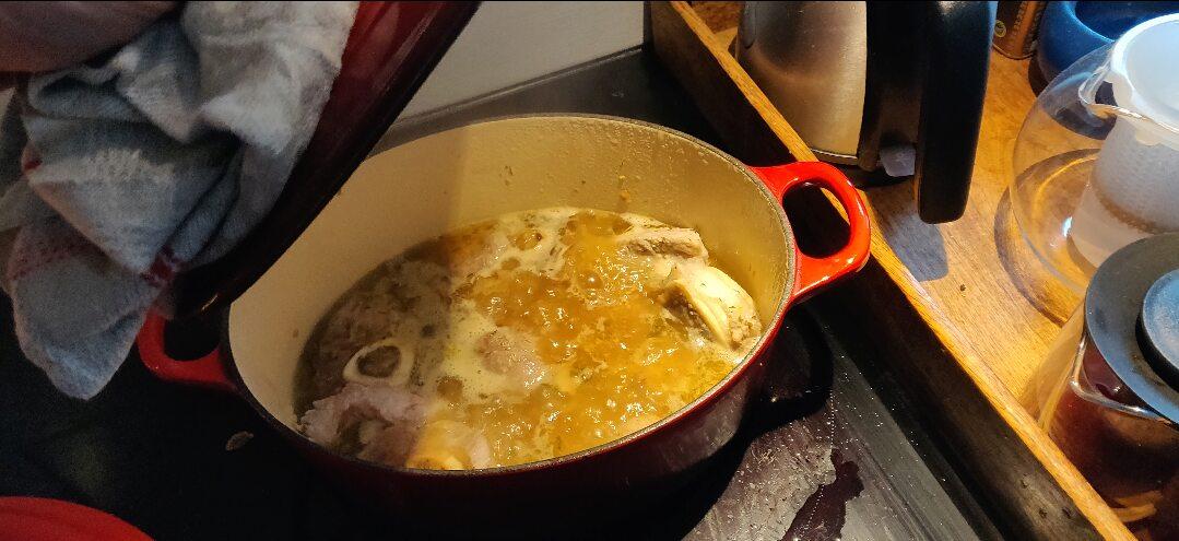 un plat en fonte dans lequel mijote nos morceaux de viande pour un pot au feu réussi
